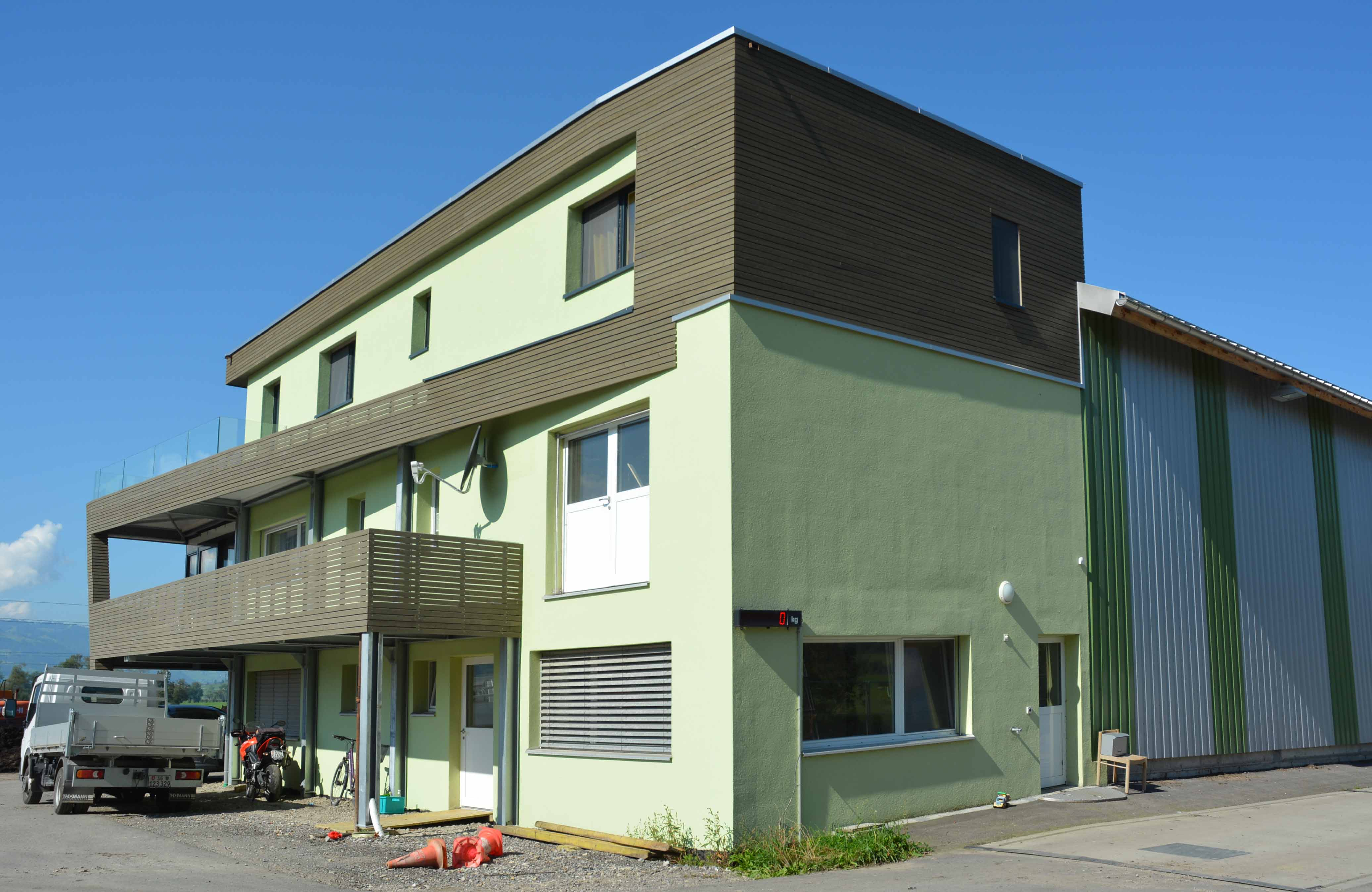 Neubau modern moderne Architektur grün Holz Materialien Kaltbrunn Benken Kompostieranlage Ronner Bauleitung Planung